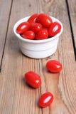 Tomates rouges dans une cuvette blanche Images stock