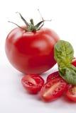 Tomates rouges fraîches avec le pétrole balsamique et d'oilve d'isolement Images stock