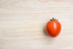 Tomates rouges fraîches sur le fond en bois de table Image libre de droits
