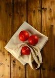 Tomates rouges fraîches sur un en bois Image libre de droits