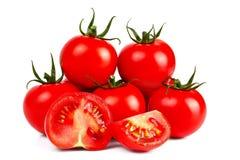 Tomates rouges fraîches sur un fond et blancs coupés Image libre de droits