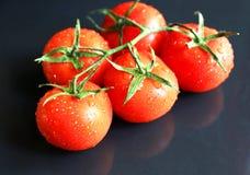 Tomates rouges savoureuses sur le fond en pierre Photos libres de droits