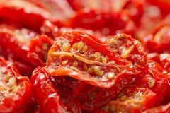 Tomates séchées au soleil avec l'huile d'olive images libres de droits