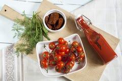 Tomates séchées au soleil, tomates fraîches et purée de tomate Photographie stock