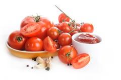 Tomates, salsa de tomate, ajo y pimienta aislados en el fondo blanco foto de archivo