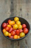 Tomates suculentos frescos da herança no ajuste rústico foto de stock royalty free
