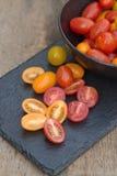 Tomates suculentos frescos da herança no ajuste rústico fotos de stock royalty free