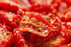 Tomates Sun-dried com petróleo verde-oliva imagens de stock royalty free