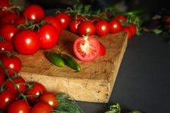 Tomates sur en bois Images stock