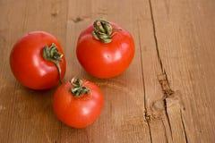Tomates sur la table en bois photo libre de droits