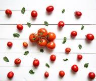 Tomates sur la table en bois blanche Vue supérieure Photo stock