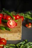 Tomates sur le bois Images stock