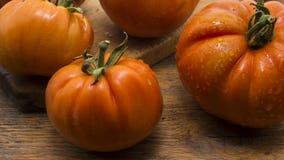 Tomates sur le hachoir en bois Photographie stock libre de droits