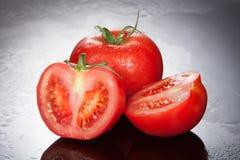 Tomates sur un fond en verre Images libres de droits