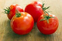 Tomates sur une planche à découper Image stock