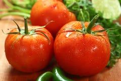 Tomates sur une planche en bois rustique photographie stock
