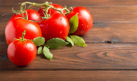 Tomates sur une table en bois Photo stock