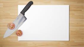 Tomates tajados con el cuchillo afilado en el Libro Blanco en fondo de madera imagen de archivo libre de regalías