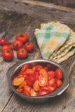 Tomates tajados rojo maduro Fotos de archivo
