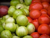 Tomates verdes y rojos en un mercado de Arlington Fotos de archivo libres de regalías