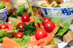 Tomates vermelhos com os sanduíches do aneto e dos salmões Imagem de Stock