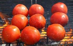 Tomates vermelhos cozinhados no fim da grade do BBQ acima Foto de Stock