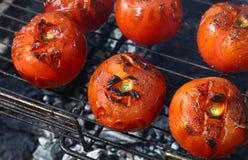 Tomates vermelhos cozinhados no fim da grade do BBQ acima Imagens de Stock