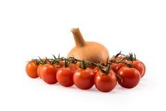 Tomates vermelhos frescos com refeição matinal verde e cebolas isoladas no whit Fotos de Stock Royalty Free