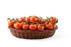 tomates vermelhos frescos isolados no branco na cesta de madeira Fotos de Stock