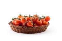tomates vermelhos frescos isolados no branco na cesta de madeira Imagens de Stock