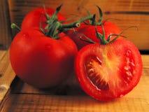 Tomates vermelhos na madeira Imagens de Stock Royalty Free