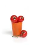 Tomates vermelhos no copo fotografia de stock