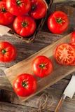 Tomates vermelhos orgânicos crus do bife fotografia de stock royalty free