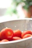 Tomates vibrantes de Roma no Colander com água Fotografia de Stock Royalty Free
