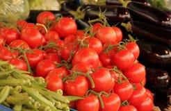Tomates y berenjenas rojos imagen de archivo