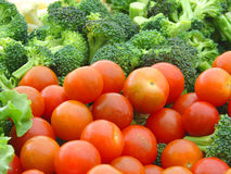 Tomates y bróculi de cereza Foto de archivo libre de regalías