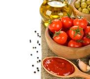 Tomates y especias frescos en un fondo blanco Fotografía de archivo libre de regalías