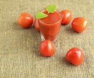 Tomates y jugo de tomate Imágenes de archivo libres de regalías