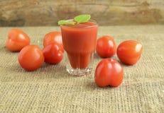 Tomates y jugo de tomate Imagen de archivo libre de regalías