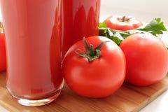 Tomates y jugo de tomate Imagenes de archivo