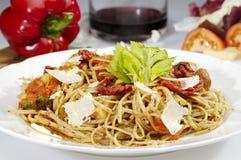 Tomates y parmesano secados w del espagueti Foto de archivo libre de regalías
