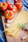 Tomates y pastas italianos coloridos fotografía de archivo