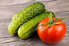 Tomates y pepino en la tabla Imagen de archivo