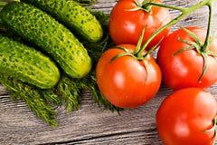 Tomates y pepino en la tabla Imagenes de archivo