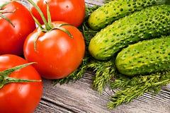 Tomates y pepino en la tabla Imágenes de archivo libres de regalías