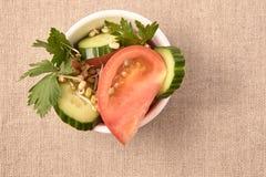 Tomates y pepinos Ensalada fresca Fondo neutral habas brotadas Foto de archivo