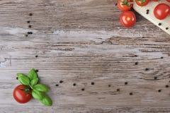 Tomates y pimienta como marco Fotografía de archivo