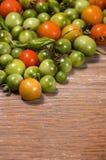 Tomates y pimientas inmaduros y maduros Imagen de archivo libre de regalías