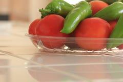 Tomates y pimientas orgánicos recientemente escogidos de Anaheim Imágenes de archivo libres de regalías