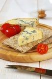 Tomates y queso verde en el biscote curruscante Foto de archivo
